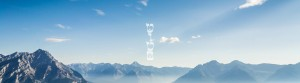 לוגו טוטם על רקע נוף הרים | קרדיט ל-Brandon Lam